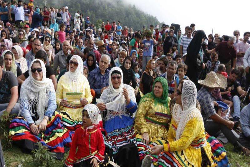 نشستن زنان در جشن با لباس محلی